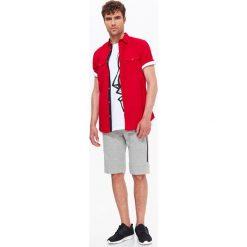 KOSZULA MĘSKA GŁADKA Z NADRUKIEM O KROJU SLIM. Szare koszule męskie slim marki Top Secret, m, z klasycznym kołnierzykiem, z długim rękawem. Za 34,99 zł.