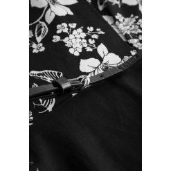 Sukienki: Wzorzysta sukienka z paskiem