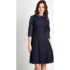 Granatowa koronkowa sukienka QUIOSQUE. Szare sukienki balowe marki QUIOSQUE, do pracy, s, w koronkowe wzory, z jeansu, z kopertowym dekoltem, z długim rękawem, kopertowe. W wyprzedaży za 109,99 zł.