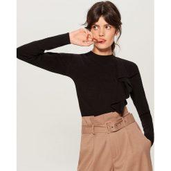Sweter z poprzeczną falbaną - Czarny. Czarne swetry klasyczne damskie Mohito, l. Za 99,99 zł.
