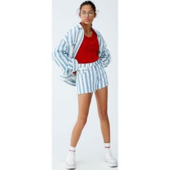 Sweter wykonany kwadratowym ściegiem. Czerwone swetry klasyczne damskie Pull&Bear, z kwadratowym dekoltem. Za 69,90 zł.