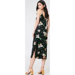 Sukienki hiszpanki: Bardot Sukienka z rozcięciem Hibiscis – Black