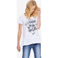 DAMSKI T-SHIRT Z NADRUKIEM ORAZ FALBANĄ. Szare t-shirty damskie marki Top Secret, w ażurowe wzory. Za 34,99 zł.