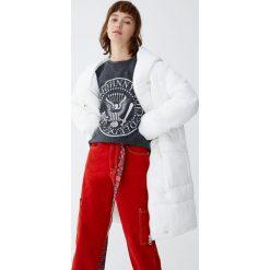 Pikowany płaszcz z otulającym kołnierzem. Białe płaszcze damskie marki Pull&Bear. Za 349,00 zł.
