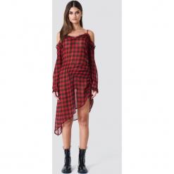 Sahara Ray x NA-KD Asymetryczna sukienka w kratkę - Red. Czerwone długie sukienki marki Sahara Ray x NA-KD, w kratkę, z poliesteru, z asymetrycznym kołnierzem, z długim rękawem, asymetryczne. W wyprzedaży za 80,98 zł.