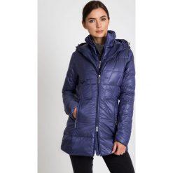 Puchowa fioletowa kurtka z wysokim kołnierzem QUIOSQUE. Brązowe kurtki damskie pikowane marki QUECHUA, na zimę, m, z materiału. W wyprzedaży za 349,99 zł.