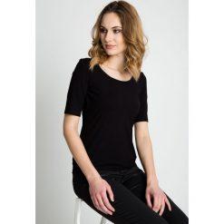 Czarna bluzka z rękawem przed łokieć BIALCON. Czarne bluzki z odkrytymi ramionami marki BIALCON, uniwersalny, klasyczne, z klasycznym kołnierzykiem, z krótkim rękawem. W wyprzedaży za 72,00 zł.