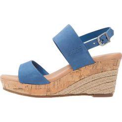 UGG ELENA Sandały na platformie azul. Niebieskie sandały damskie Ugg, z materiału, na koturnie. Za 669,00 zł.