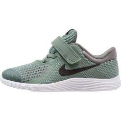 Nike Performance REVOLUTION 4 Obuwie do biegania treningowe clay green/black/river rock/white. Zielone buty do biegania damskie marki Nike Performance, z materiału. Za 129,00 zł.