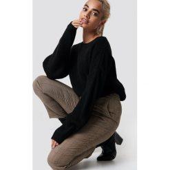 Trendyol Sweter z elastyczną talią - Black. Czarne swetry klasyczne damskie Trendyol, z dzianiny, z okrągłym kołnierzem. Za 100,95 zł.
