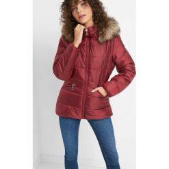 Pikowana kurtka z kapturem. Czerwone bomberki damskie Orsay, z poliesteru, z kapturem. Za 169,99 zł.