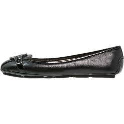 MICHAEL Michael Kors FULTON Baleriny black. Czarne baleriny damskie marki MICHAEL Michael Kors, z gumy, przed kolano, na wysokim obcasie. Za 399,00 zł.