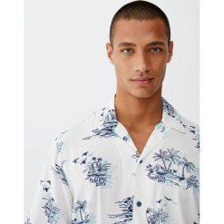 Koszula z wiskozy z podwójnym nadrukiem. Białe koszule męskie Pull&Bear, m, z nadrukiem, z wiskozy, z podwójnym kołnierzykiem. Za 62,90 zł.