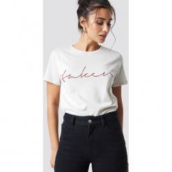 NA-KD Trend T-shirt basic Taken - Offwhite. Białe t-shirty damskie marki NA-KD Trend, z nadrukiem, z jersey, z okrągłym kołnierzem. Za 72,95 zł.