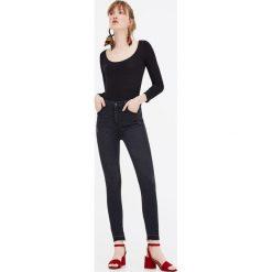 Jeansy rurki z wysokim stanem. Szare jeansy damskie rurki marki Pull & Bear, okrągłe. Za 49,90 zł.