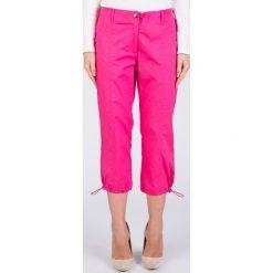 Różowe sportowe spodnie 3/4 QUIOSQUE. Czerwone bryczesy damskie QUIOSQUE, z haftami, z tkaniny. W wyprzedaży za 39,99 zł.