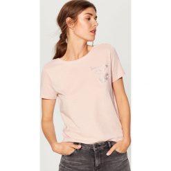 Bawełniana koszulka z nadrukiem - Różowy. Czerwone t-shirty damskie Mohito, l, z nadrukiem, z bawełny. Za 29,99 zł.