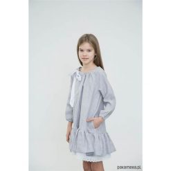 MARY ANN Sukienka z białą, plisowaną falbanką. Białe sukienki dziewczęce z falbanami Pakamera, z bawełny. Za 219,00 zł.