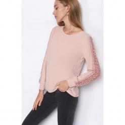 Różowa Bluzka Lace Strap. Czerwone bluzki asymetryczne Born2be, s, w koronkowe wzory, z koronki, z dekoltem na plecach, z długim rękawem. Za 59,99 zł.