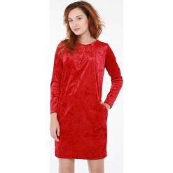 Sukienka - 16-181-1 ROSS. Czerwone sukienki balowe Unisono, l, z elastanu, z klasycznym kołnierzykiem, z długim rękawem, mini, proste. Za 39,00 zł.