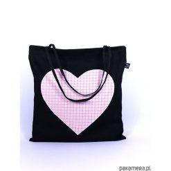 Bawełniana torba plażowa z sercem w kratkę. Czarne torby plażowe marki Pakamera, w kratkę, z bawełny, duże. Za 66,00 zł.