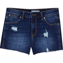 Jeansowe spodenki z przetarciami. Niebieskie bermudy damskie Pull&Bear, z denimu. Za 69,90 zł.
