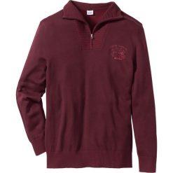 Sweter ze stójką Regular Fit bonprix czerwony klonowy. Czerwone golfy męskie marki bonprix, m, z nadrukiem. Za 44,99 zł.