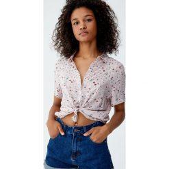 Wzorzysta koszula basic. Niebieskie koszule damskie Pull&Bear, z krótkim rękawem. Za 49,90 zł.
