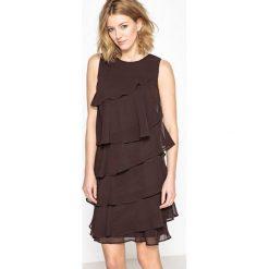 Sukienki balowe: Sukienka z falbanami z gniecionej krepy