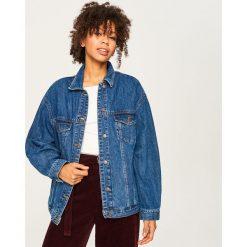 Jeansowa kurtka z nadrukiem - Niebieski. Niebieskie kurtki damskie jeansowe Reserved, z nadrukiem. W wyprzedaży za 99,99 zł.