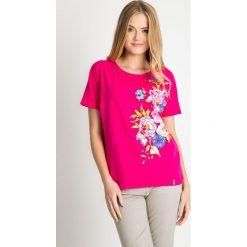 Różowa bawełniana bluzka z kwiatami QUIOSQUE. Czerwone bluzki z odkrytymi ramionami QUIOSQUE, z nadrukiem, z bawełny, biznesowe, z okrągłym kołnierzem, z krótkim rękawem. W wyprzedaży za 29,99 zł.