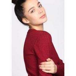 Bordowy Sweter Live My Own Life. Czerwone swetry klasyczne damskie Born2be, xl, z okrągłym kołnierzem. Za 59,99 zł.