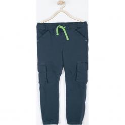 Spodnie. Niebieskie chinosy chłopięce DINOSAUR, z bawełny. Za 89,90 zł.