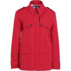 Barbour GLENROTHES Kurtka przejściowa red. Czerwone kurtki damskie Barbour, z bawełny. W wyprzedaży za 681,85 zł.