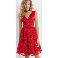 Koronkowa sukienka ze wzorem. Różowe sukienki dzianinowe marki numoco, l, z dekoltem w łódkę, oversize. Za 199,99 zł.