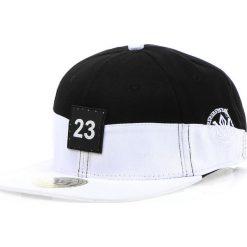 Czapka męska snapback czarno-biała (hx0195). Białe czapki z daszkiem męskie marki Dstreet, z aplikacjami, eleganckie. Za 69,99 zł.