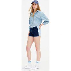 Dwukolorowe jeansowe spodenki mom fit. Niebieskie bermudy damskie Pull&Bear, z jeansu. Za 69,90 zł.