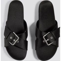 NA-KD Shoes Satynowe klapki z klamrami - Black. Czarne chodaki damskie NA-KD Shoes, w paski, z satyny. Za 121,95 zł.