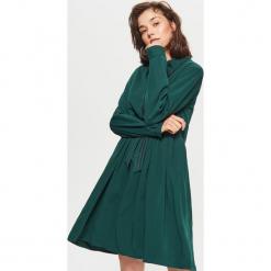 Sukienka z ozdobną taśmą - Khaki. Brązowe sukienki z falbanami marki Cropp, l. Za 89,99 zł.