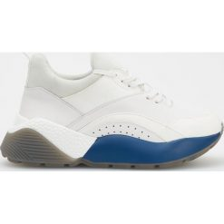 Sportowe buty na grubej podeszwie - Biały. Czarne buty sportowe damskie marki Kazar, z nubiku, przed kolano, na wysokim obcasie. Za 299,99 zł.