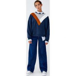Bluza z panelami w szpic w trzech kolorach. Niebieskie bluzy rozpinane damskie Pull&Bear. Za 89,90 zł.