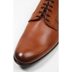 PS by Paul Smith GOULD Eleganckie buty tan. Brązowe buty wizytowe męskie PS by Paul Smith, z materiału, na sznurówki. Za 1089,00 zł.