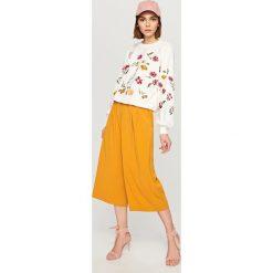 Bluzy damskie: Bluza z wyszywanymi kwiatami - Kremowy