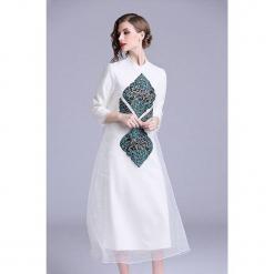 Sukienka w kolorze białym. Białe sukienki na komunię marki Zeraco, z dekoltem na plecach, midi, proste. W wyprzedaży za 379,95 zł.
