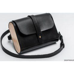 Torebka skórzana z drewnem R-4 mała czarna. Czarne torebki klasyczne damskie marki Pakamera, z materiału, małe. Za 340,00 zł.