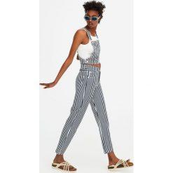Jeansy o prostym kroju z wysokim stanem w paski. Szare proste jeansy damskie marki Pull & Bear, okrągłe. Za 59,90 zł.