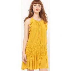Sukienki hiszpanki: Sukienka z wąskimi ramiączkami i falbankami