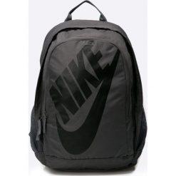 Nike Sportswear - Plecak. Czarne plecaki męskie Nike Sportswear, w paski, z materiału. W wyprzedaży za 149,90 zł.