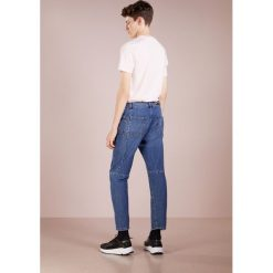 McQ Alexander McQueen MISMATCHED TWISTED Jeansy Relaxed Fit american blue. Niebieskie jeansy męskie regular McQ Alexander McQueen. Za 1089,00 zł.