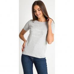 Szara bluzka z napisami QUIOSQUE. Szare bluzki z odkrytymi ramionami QUIOSQUE, z napisami, z bawełny, klasyczne, z klasycznym kołnierzykiem, z krótkim rękawem. W wyprzedaży za 29,99 zł.